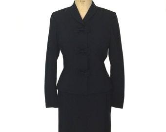 vintage 1940s tailored skirt suit / Fairbrooke / wool crepe / skirt jacket / bow tie buttons / women's vintage suit / size large