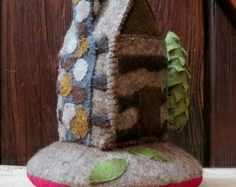 Primitive Handmade Pin Keep /Wool Appliqued Cabin