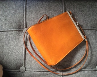 Brown vintage leather shoulder bag with clasp (70s-80s)