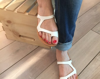Greek flip flops for Women.FREE SHIPPING in the USA, White handmade leather sandals. Handmade flat leather Flip flops - Amaltheia