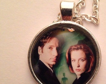 The X Files Mulder & Skully Necklace UFO Aliens Green Men