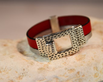 Buckle up double leather bracelet.