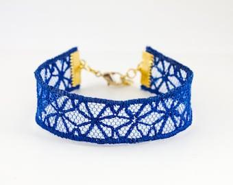Bracelet fin. embroidered Bracelet. Modern bracelet. Geometric bracelet. Strap floral and graphic. Lace and tulle embroidered bracelet.