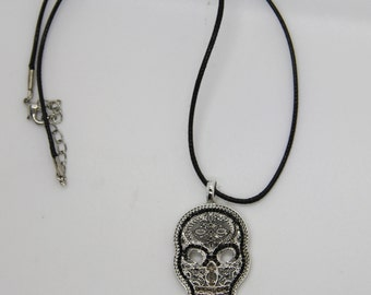 1 pendant man skull silver and black (offered cord)