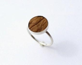 """Bague """"Peau"""" petit modèle argent 925 avec coquille de noix, pièce unique faite main"""