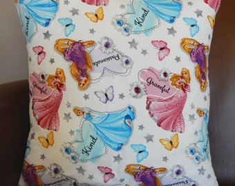 Treat your little princess to this Disney Princesses pillow cover featuring Cinderella, Sleeping Beauty and Rapunzel.