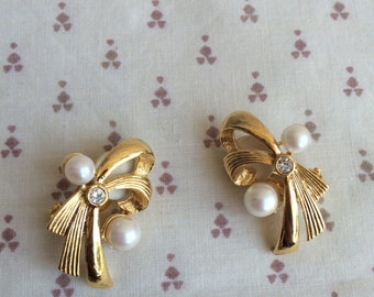 Gold tone earrings with Faux Pearl, pearl earrings, clip on earrings, vintage earrings