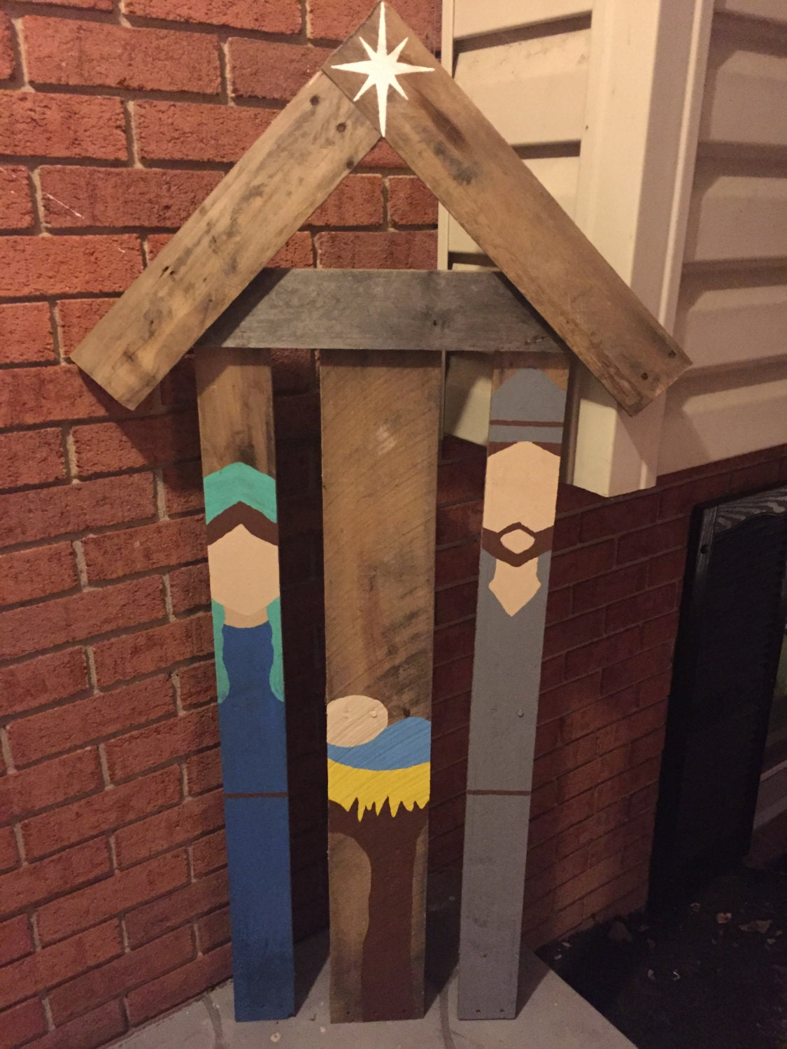 Rustic reclaimed pallet wood nativity scene outdoor for Best paint for outdoor crafts
