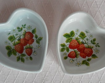 Two ceramic hearts decorated with elegant strawberries