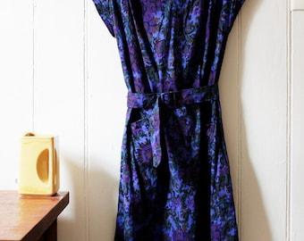 1960's Vintage deep purple paisley dress with belt - Medium