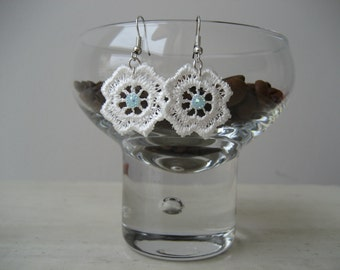 """Macrame lace earrings with white applications, single flower-mod. """"Rock Cress"""""""