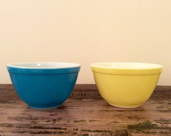 Vintage 1950s Pyrex Solid   Primary Colors Nesting 1 1/2 Pint Mixing Bowl