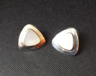Triangle earrings with pearl inlay