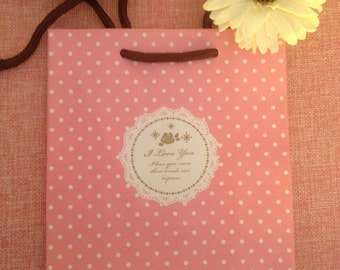 Gift bag pink with white polka dots with written I love you/gift boxing/gift bag