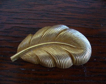 Vintage Haskell Stamping, 1950s Large Russian Gold Plated Brass Feather, Detailed Dapped RGP Jewelry Finding, 22x13mm, 1 piece