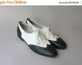 STOREWIDE SALE Vintage Wingtip Flats / 1980s Leather Oxfords / 80s White and Navy Wingtip Brogues