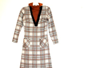 Mod vintage 70 pastel grey polyester  dress with  the earth color plaid pattern. Made by Kay Windsor.Size Small.