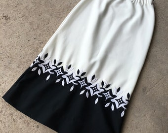 Vintage Maxi Skirt - 1970s Skirt - Bohemian Boho Folk - Off White Knit Skirt with Black and White Embroidered Hem - 70's Skirt - 30 32 Waist