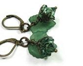 Composée de cristal de Swarovski vert feuille fleur boucles d'oreilles, bijoux bois, bijoux en laiton, cadeaux pour les jardiniers, les boucles d'oreilles colorées, Boho Chic