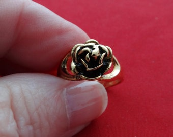 Vintage gold tone size 6 ring with rose design in unworn condition