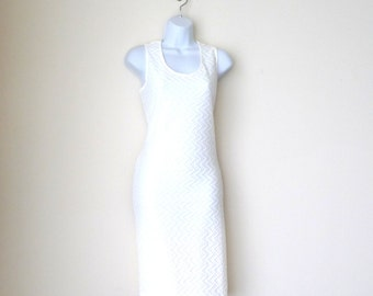 White - Sleeveless - Pullover Dress - Stretch - Scoop Neck - Raised Pattern - Body Hugging - Classic - Sheath - Knee Length - Size Medium