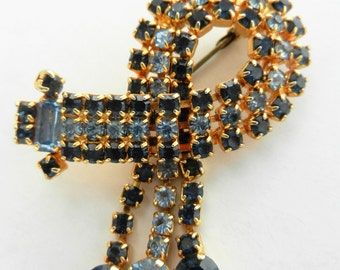 Enchanting Ribbon-shaped 1940s brooch with prong set rhinestones in vibrant two-toned blue -  Very good Quality - Art.434/4 ---