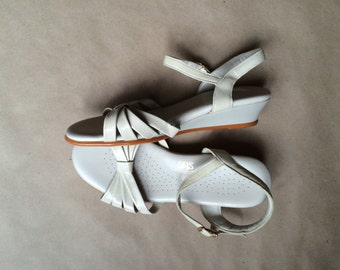 vintage 1970's strappy sandal /vintage wedged heel sandal / womens shoe / off white