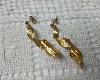 Avon Gold Confetti 1984  drop pierced earrings Mint condition.