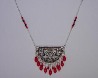 Collier connecteur argenté, perles de verre dagues noires-cuivrées et rouges à facettes
