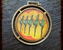 Vintage Paris French Cancan Flicker Lenticular Varivues Keyring - Funny Kitsch item with Moulin Rouge and a pin up