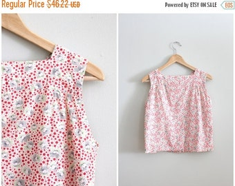 20% SALE ladies 1940s floral print sleeveless top - red & gray polka dot shirt / 40s sleeveless blouse - button back shell / vintage summer