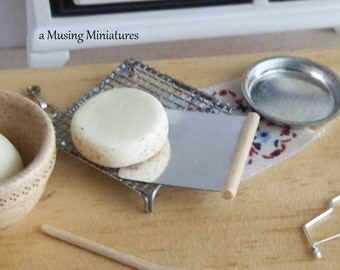 Cake Lifter for Tortes in 1:12 Scale Dollhouse Miniature Kitchen Bakery