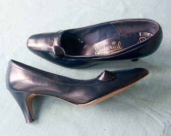 Vintage 1950s Heels    Navy Blue Leather pumps with leather vamp detail   by Imperial Quality Fashion   2 1/5 inch heel   Size 8 1/2 B