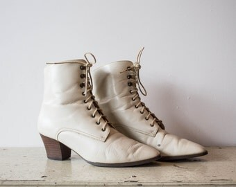 Women's Vintage White leather boots size 8M