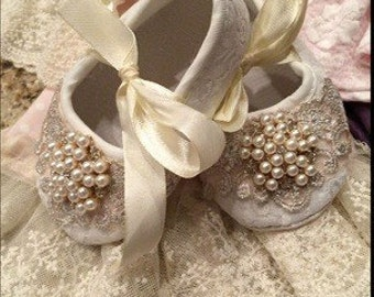 Pearl center lace applique baby shoes