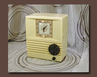 Mitchell Tube Type Clock AM Table Radio in Ivory Plaskon Case c. 1952