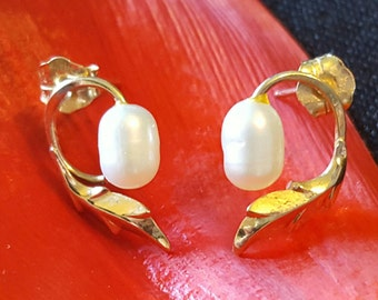 14K Yellow Gold Leaf Earrings with White Pearl Accents (st - 1629)