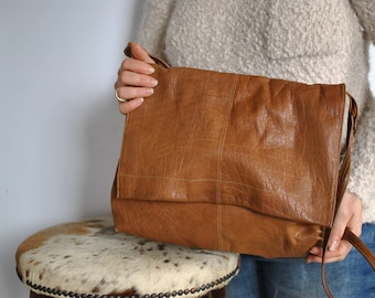 Vintage LEATHER MESSENGER bag ....(382)