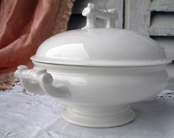 Antique Paris porcelain small soup tureen with cover. White porcelain tureen. French white tureen. Covered serving dish. French shabby chic.