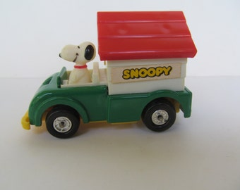 Peanuts Snoopy   AVIVA Toy - Snoopy with Doghouse - made in Hong Kong