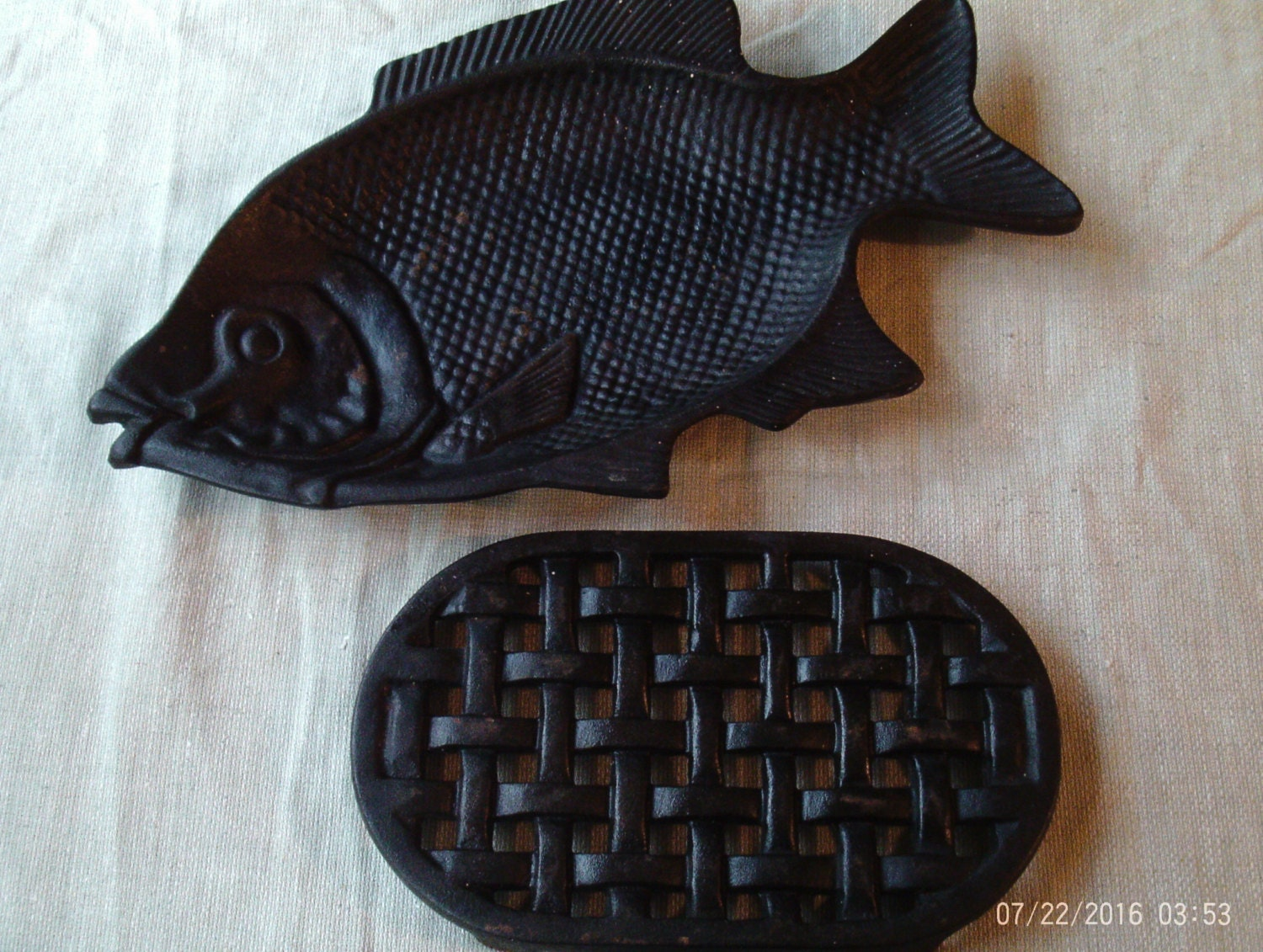 Cast iron fish pan hot platecast iron fish moldfish shaped for Iron in fish