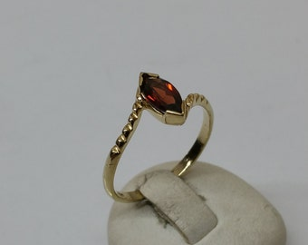 Ring 333 gold Garnet stone shabby vintage GR173