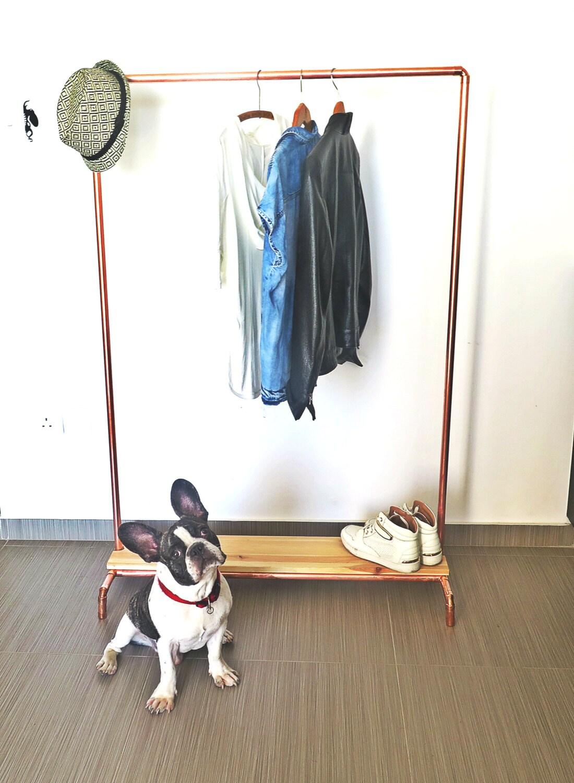 bois cuivre tuyau porte v tements v tement avec un socle en. Black Bedroom Furniture Sets. Home Design Ideas