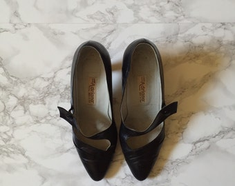1970s flapper heels / 1920s inspired black leather strappy heels / 8.5