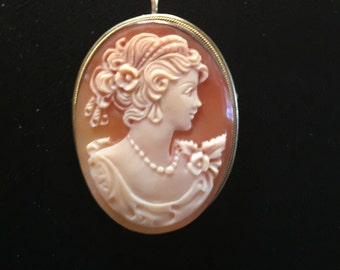 Victorian Lady // Brooche on Peach Background