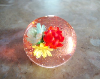 MULTICOLOR GLITTER Embedded Clear Transparent PINK With Green Red and Yellow Dried Flowers Vintage Confetti Lucite Dome Ring Size 7