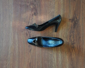 1960s black leather pumps / black and brown heels / vintage bow shoes 6