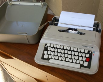 Working portable Underwood 319 vintage typewriter made in Spain