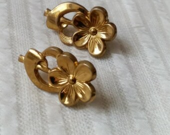 1940s Pressed Flower Earrings, gold tone metal, screw back vintage costume jewelry