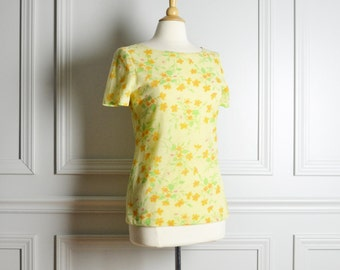 SALE // Top T Shirt Floral / Light Yellow Short Sleeve Fitted / Casual Hippie Boho / 70s Vintage / Medium M